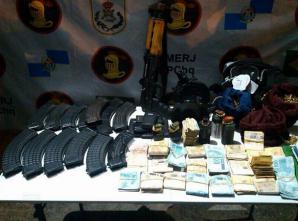 BOPE apreende um fuzil AK47, 05 granadas, 647 munições de AK47, 133 munições de .40 e R$31.920 em espécie